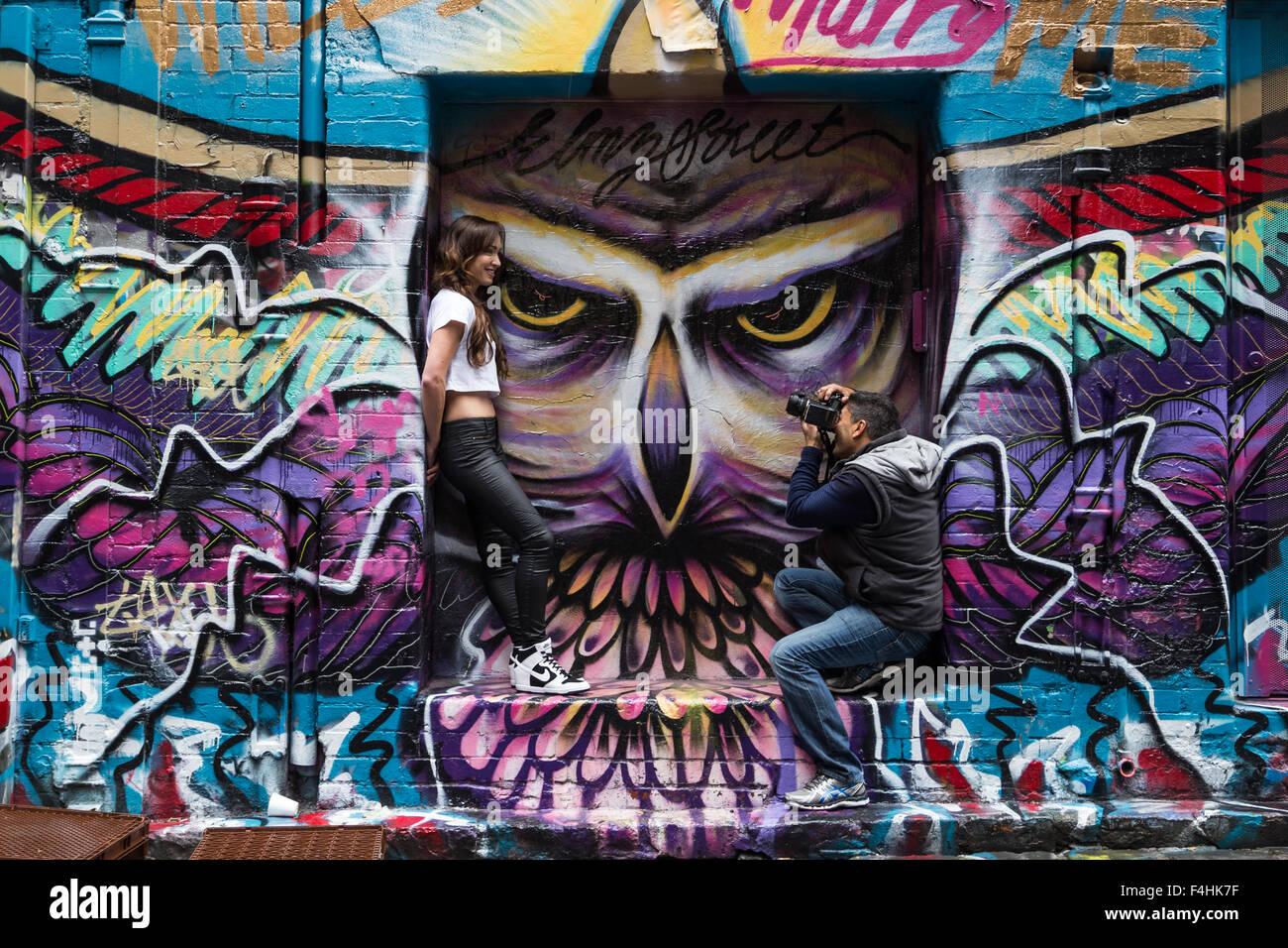 Melbourne, Australie - 25 Avril 2015: un photographe et un modèle comportant une séance photo devant un mur de graffiti dans le célèbre Banque D'Images