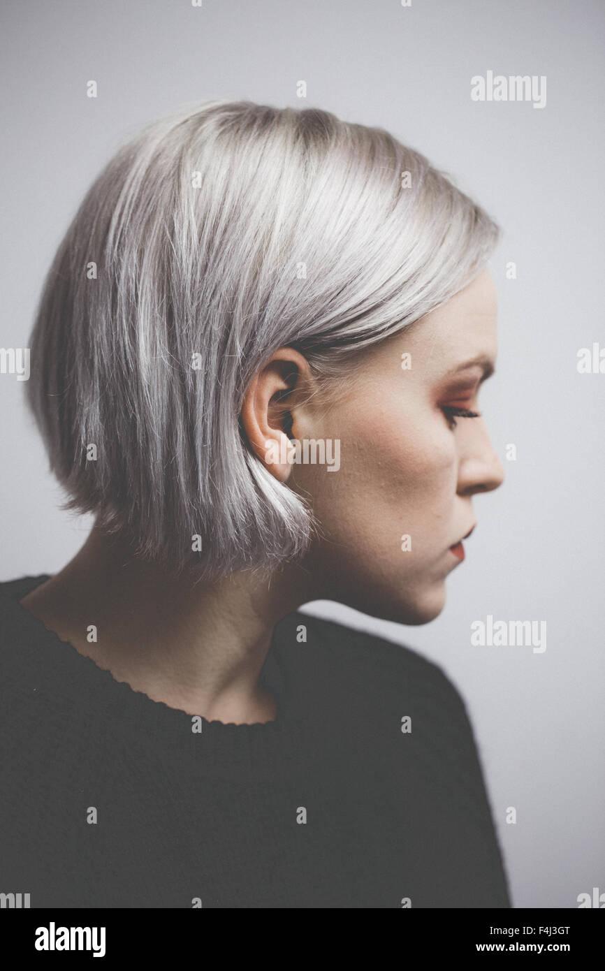 Hipster contemporain fille avec les cheveux gris argent Photo Stock