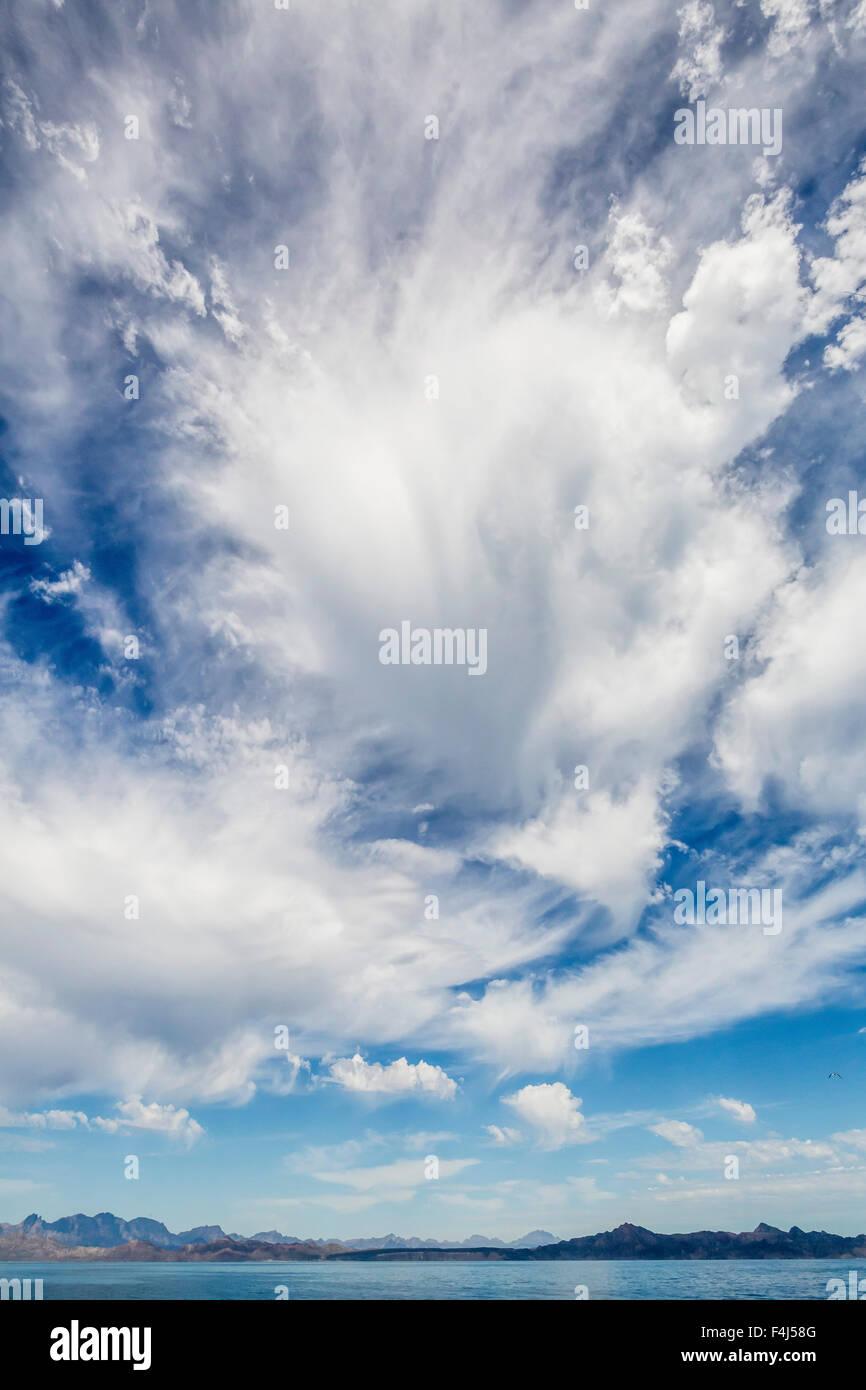 L'accumulation de nuages intense sur l'île Santa Catalina, Baja California Sur, au Mexique, en Amérique Photo Stock