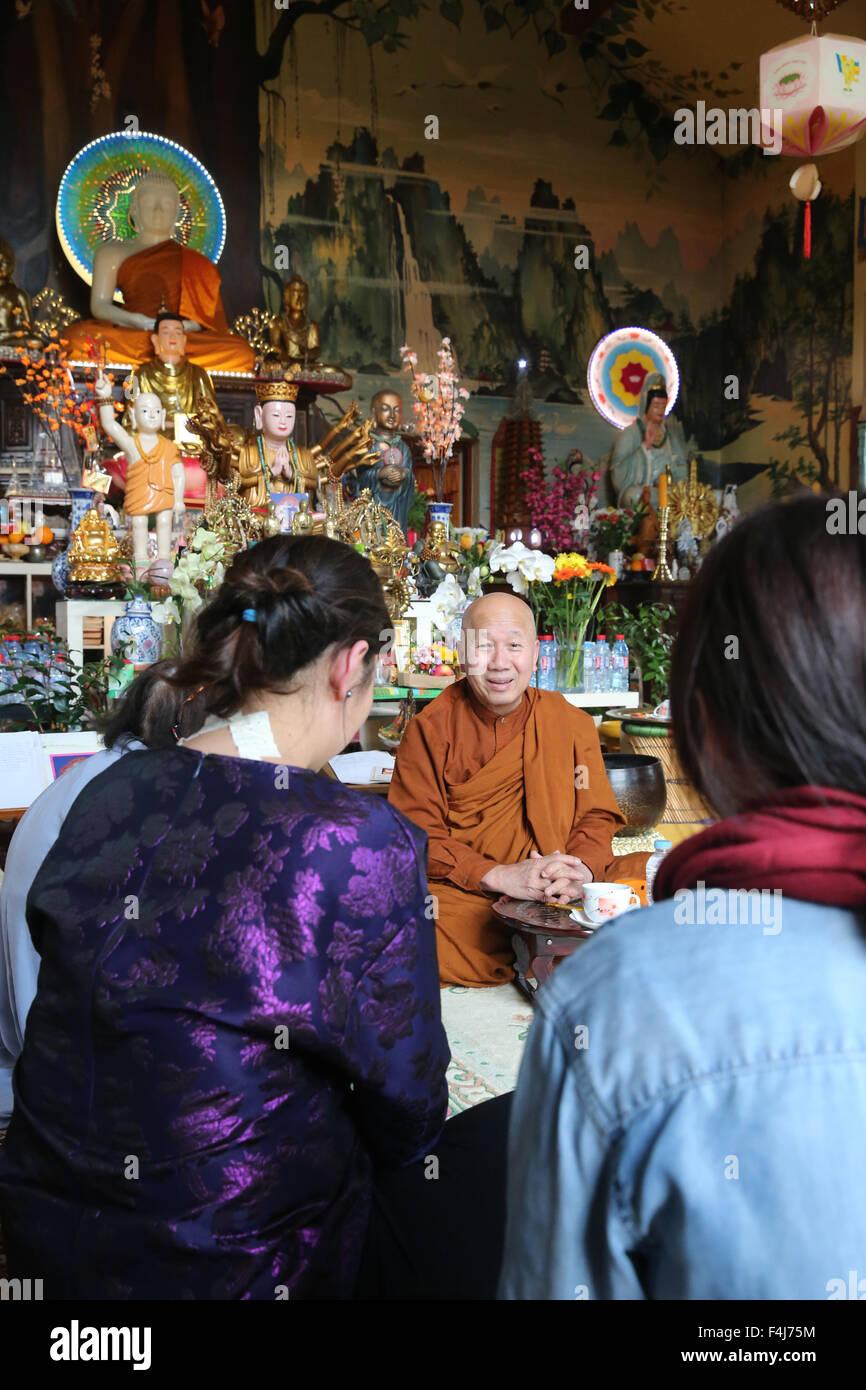 Apprendre le bouddhisme avec un moine, Tu un temple bouddhiste, Saint-Pierre-en-Faucigny, Haute-Savoie, France, Photo Stock