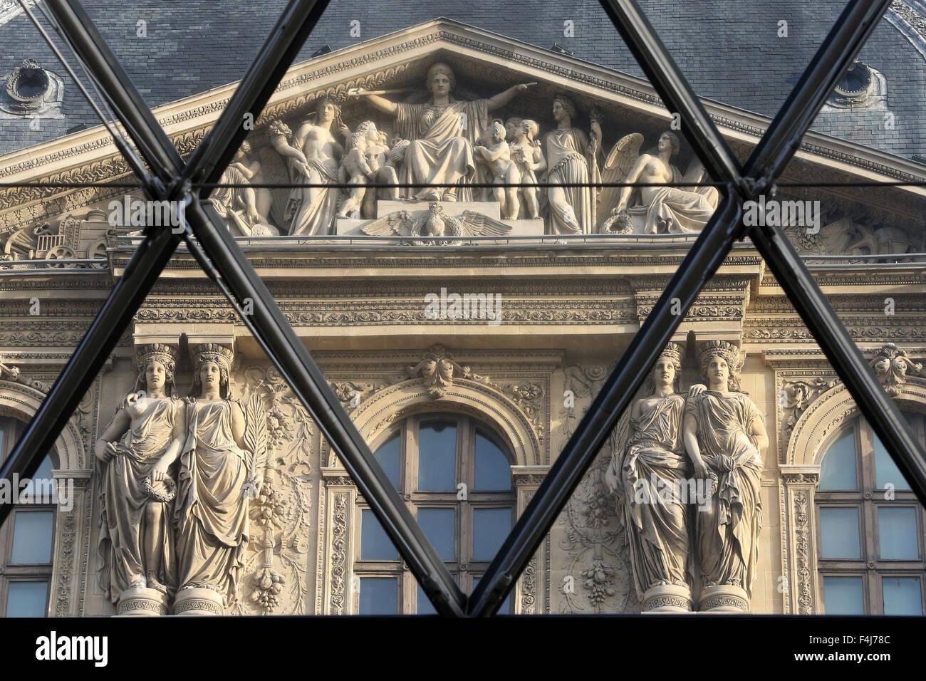 Palais du Louvre vu à travers la pyramide, Paris, France, Europe Photo Stock