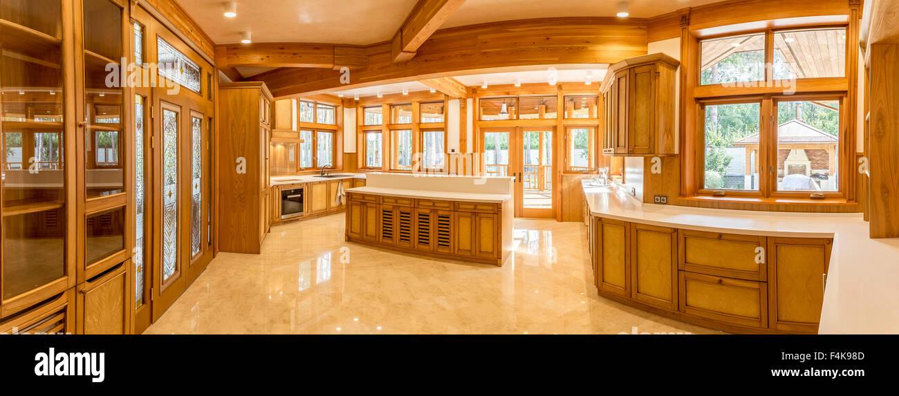 Panorama de cuisine en bois et en marbre dans maison de ...