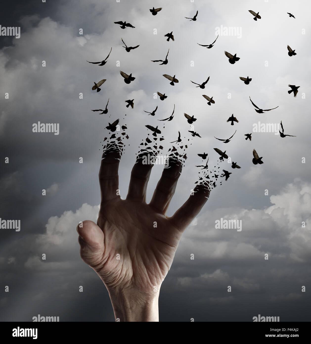 Concept de transformation de la vie comme une main tendre la main la transformation dans les oiseaux en plein vol Photo Stock