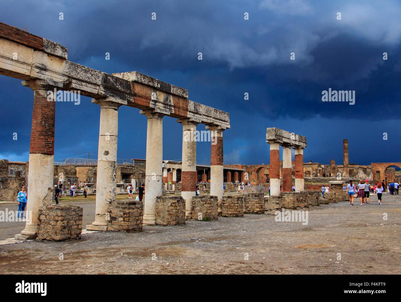 Ruines de l'antique Pompéi sous ciel d'orage. Photo Stock