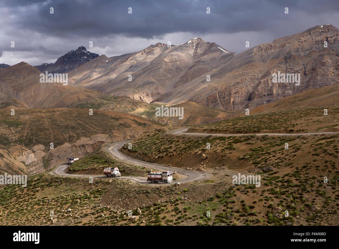 L'Inde, le Jammu-et-Cachemire, Ladakh, Indian Oil tankers sur lacets jusqu'à la pass Nakeel sur Leh-Manali highway Banque D'Images