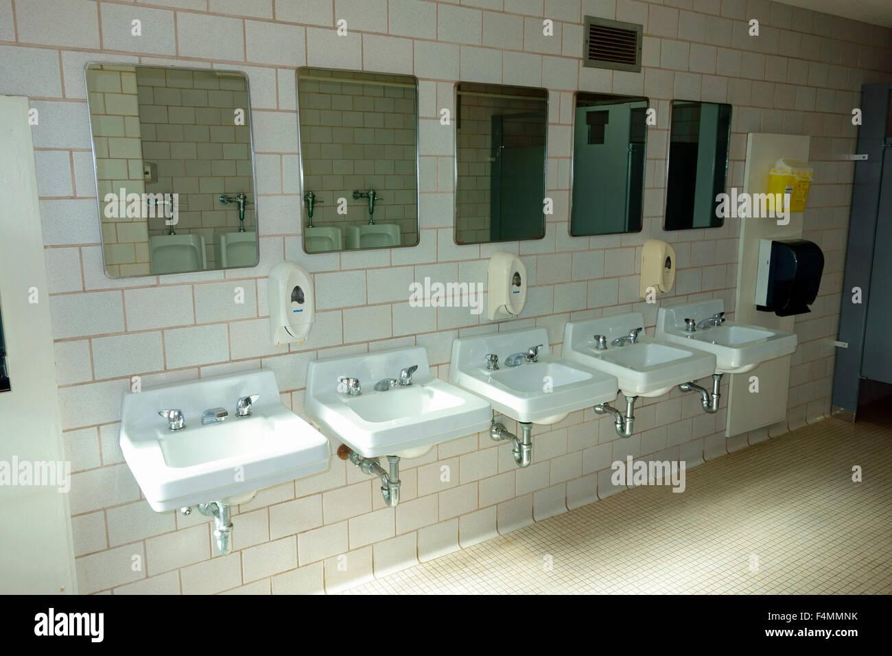 une rang e de lavabos dans les toilettes publiques salle. Black Bedroom Furniture Sets. Home Design Ideas