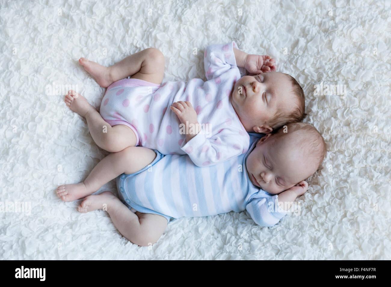 Jumeaux nouveau-nés dorment côte à côte Photo Stock