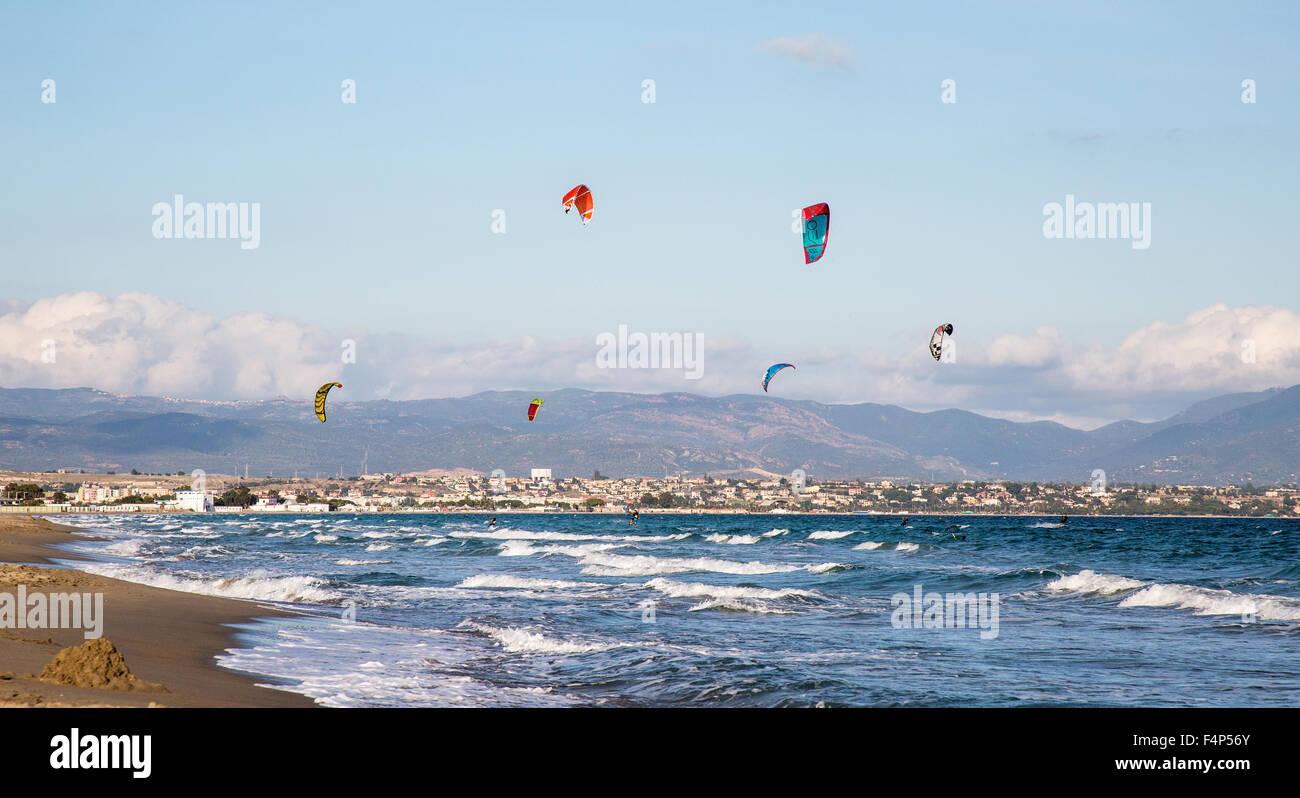 Le kitesurf sur la plage de Poetto Cagliari Sardaigne Italie Photo Stock