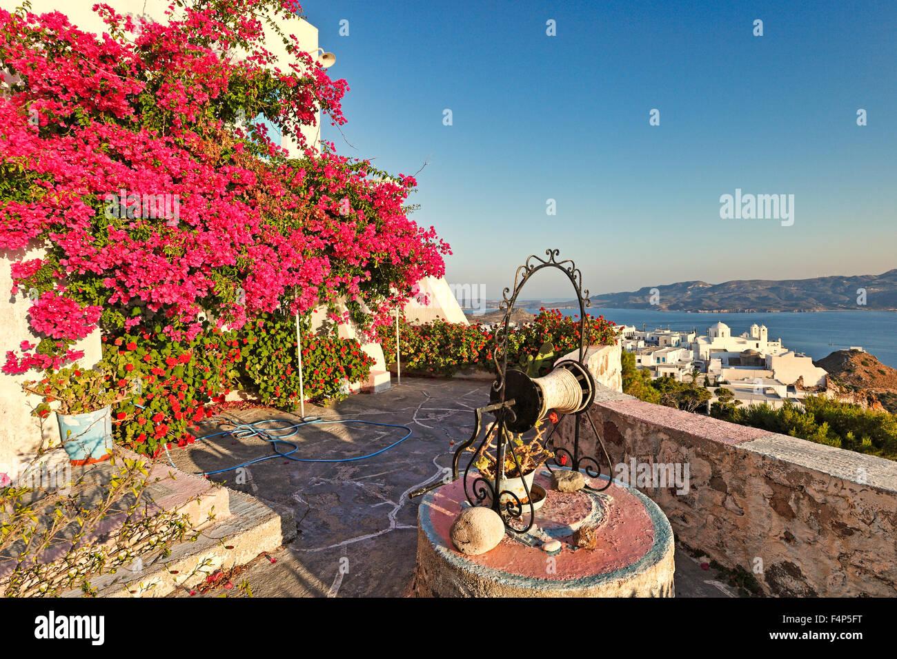 Une maison avec de l'eau bien dans le village traditionnel de Plaka à Milos, Grèce Photo Stock