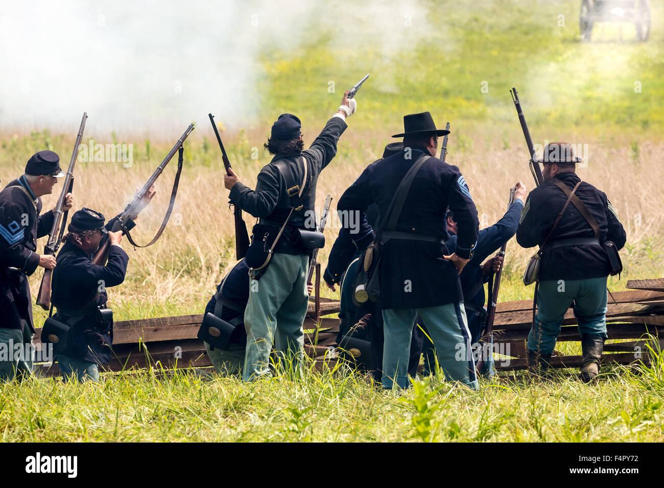 Des soldats de l'union non identifiables au cours de la bataille de la guerre civile de reconstitution bataille Photo Stock