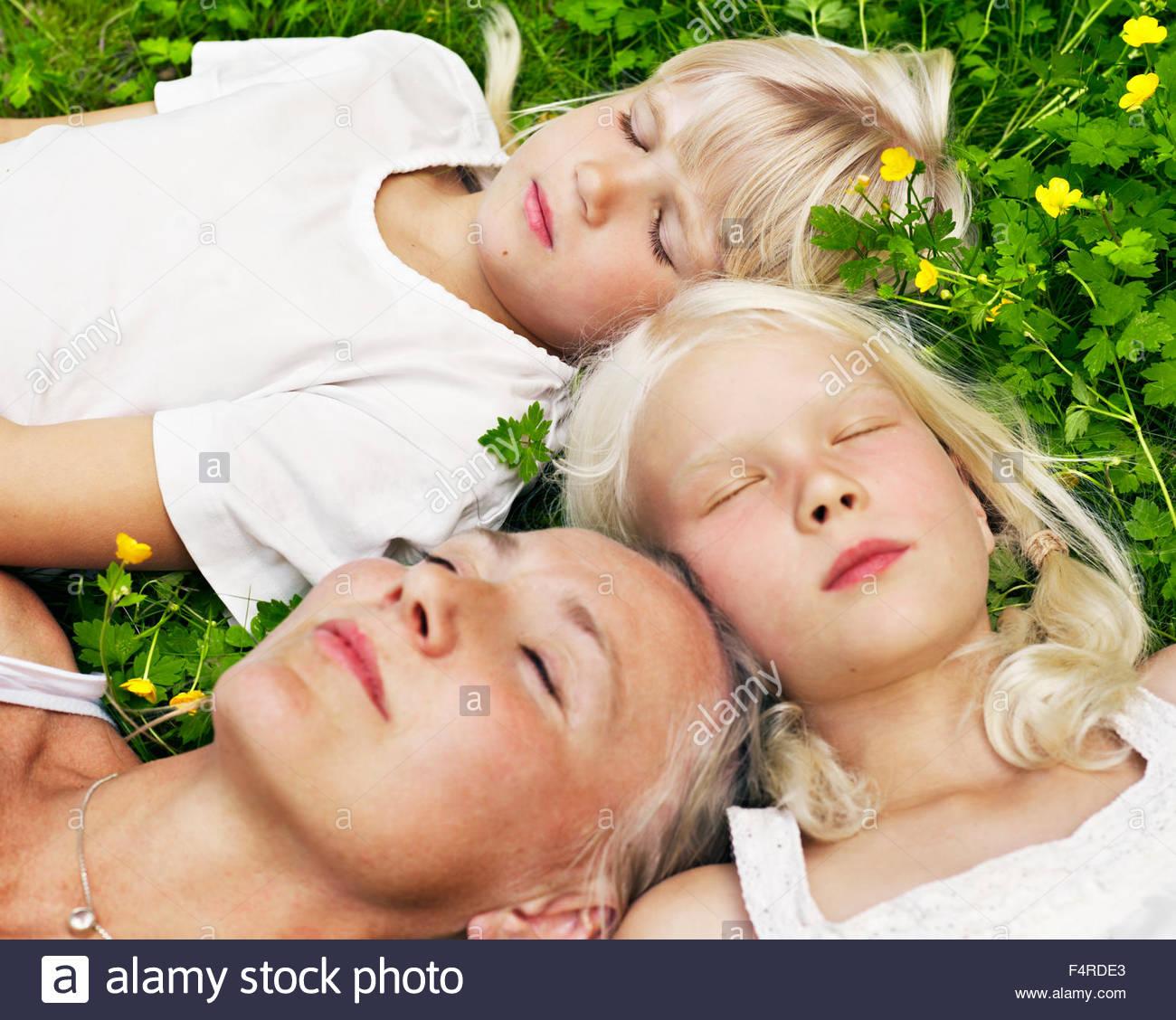 Mère de deux filles (8 et 9) de vous détendre dans le parc local Photo Stock