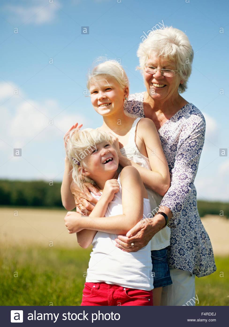 Portrait d'une grand-mère de deux petites-filles (6-7, 12-13) Photo Stock