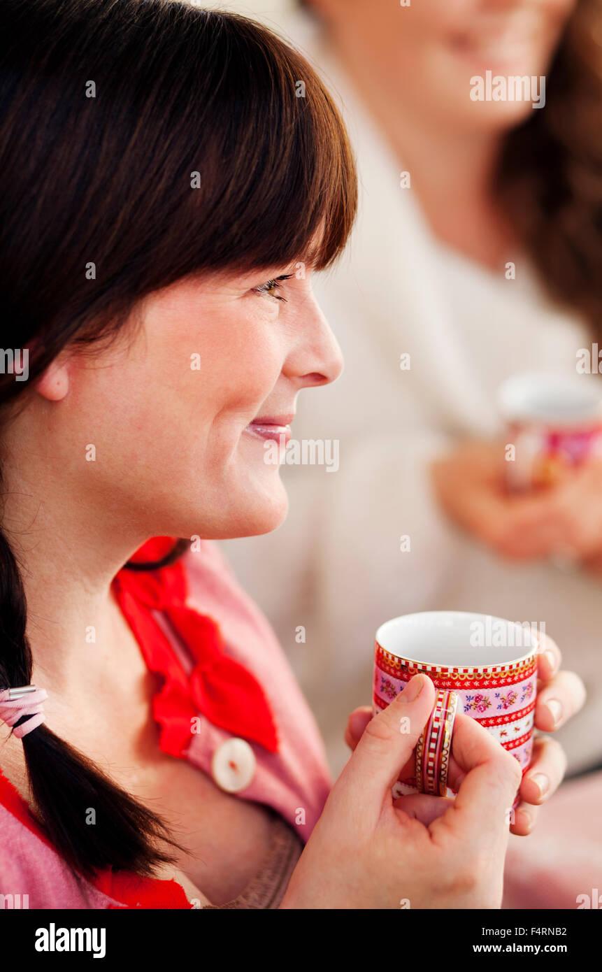 Vue de côté femme à boire le vin chaud à Noël Photo Stock