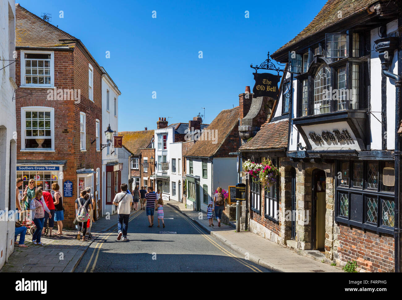 High Street avec l'ancien pub de Bell à droite, Rye, East Sussex, England, UK Photo Stock