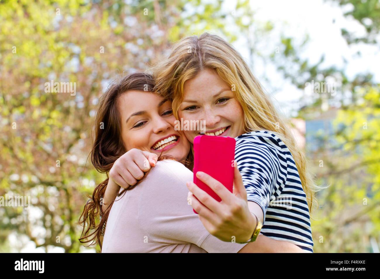 En tenant avec Smartphone Selfies Photo Stock