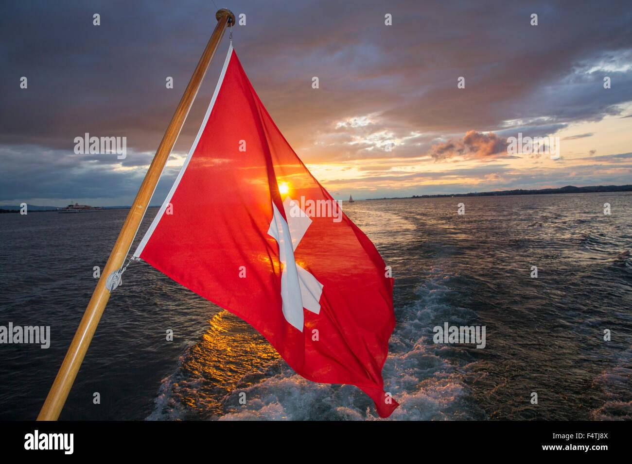 Drapeau suisse sur le lac de Constance de bateau, Photo Stock