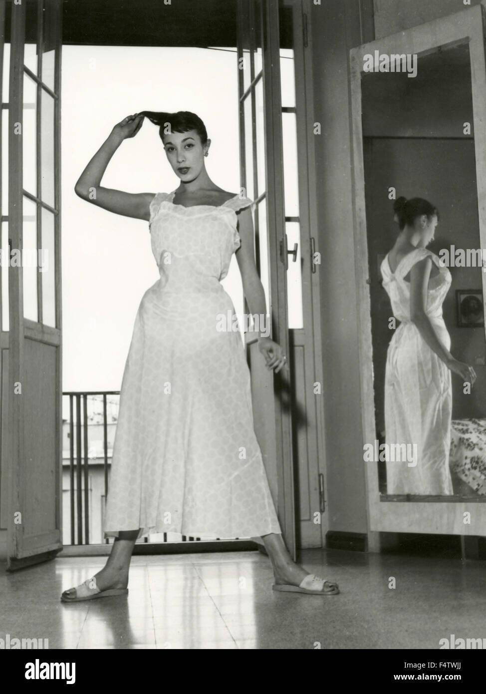 Un modèle porte une robe translucide blanc Photo Stock