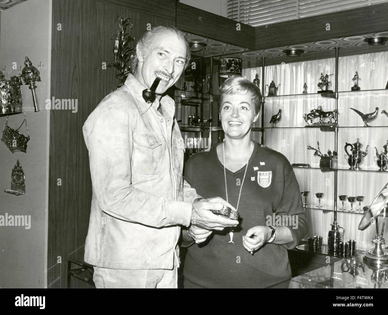 L'acteur américain Lee Van Cleef fait des achats dans un magasin Photo Stock