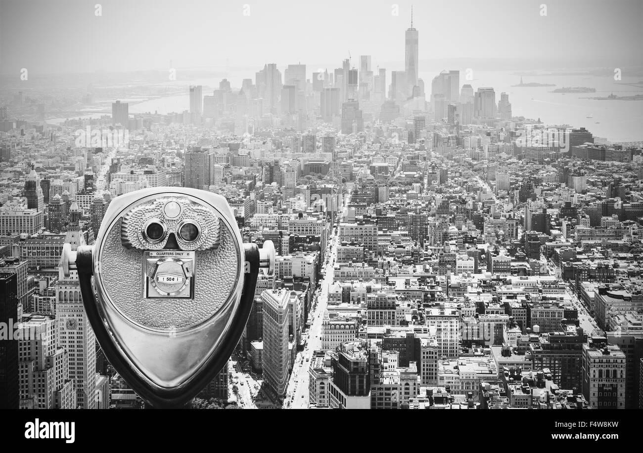 Dans les tons noir et blanc sur les jumelles touristiques Manhattan Skyline, New York City, USA. Photo Stock