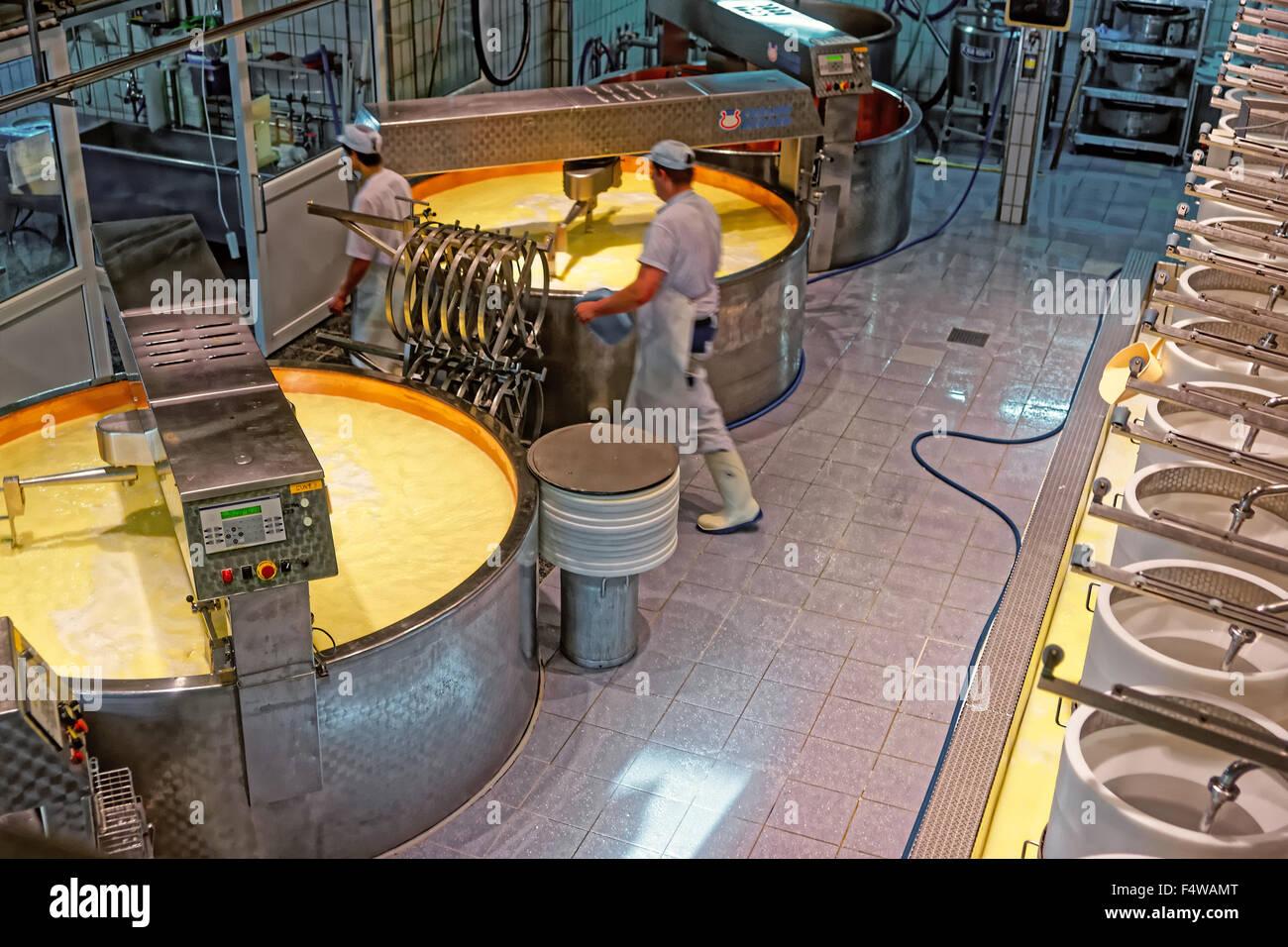 Gruyère, SUISSE - 31 décembre 2014: processus de production de fromage de gruyère à l'usine de fabrication de fromage Banque D'Images