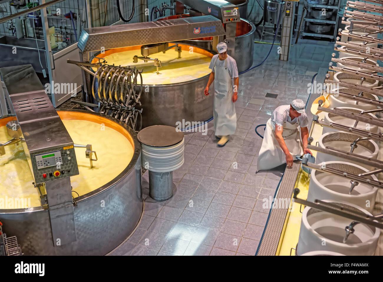 Gruyère, SUISSE - 31 décembre 2014: production de fromage gruyère à l'usine de fabrication de fromage de Gruyères Banque D'Images