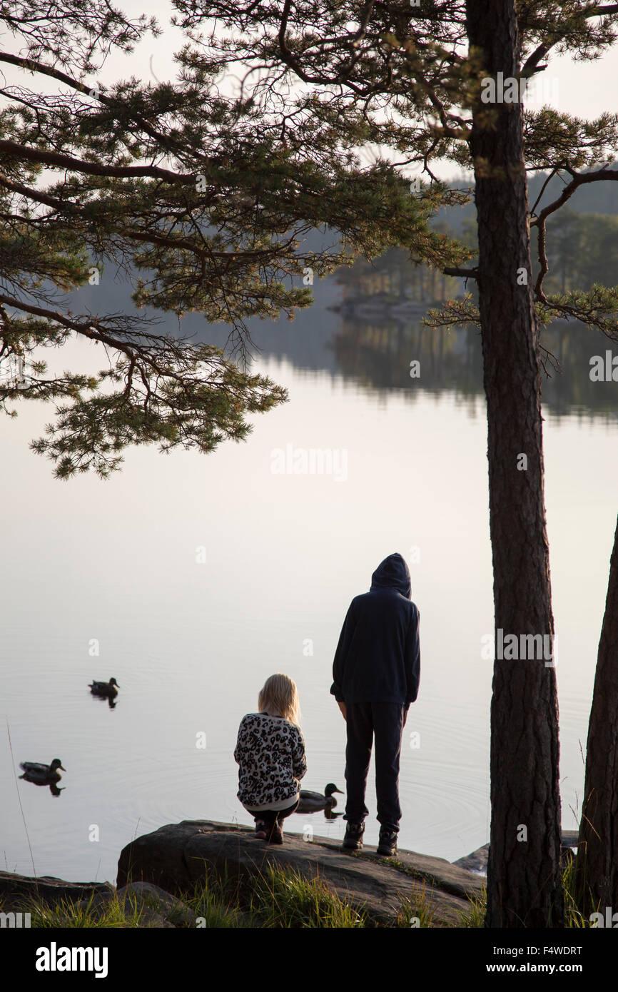 La Suède, Vastergotland, Harskogen Harsjon, Stora, Boy (12-13) et (10-11) par lake Photo Stock
