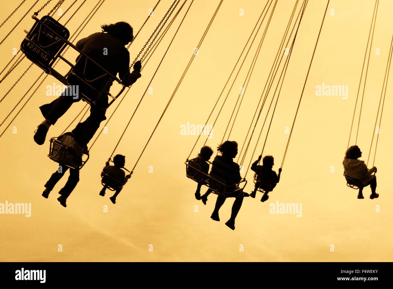 La Suède, Göteborg, Sweden, rue, des silhouettes de personnes sur le parc d'attractions Liseberg en Photo Stock