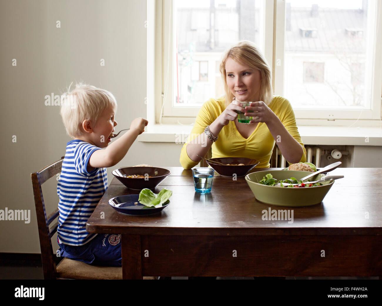 La Finlande, Helsinki, Kallio, Mère et fils de déjeuner Photo Stock