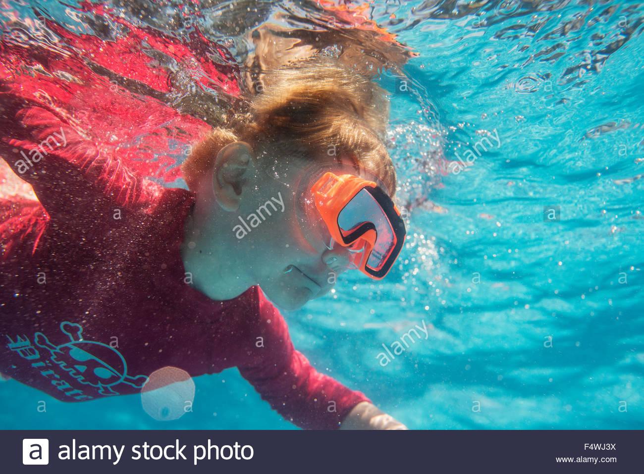 La Turquie, Mugla, Marmaris, Boy (4-5) plonger sous l'eau avec des lunettes de natation Photo Stock