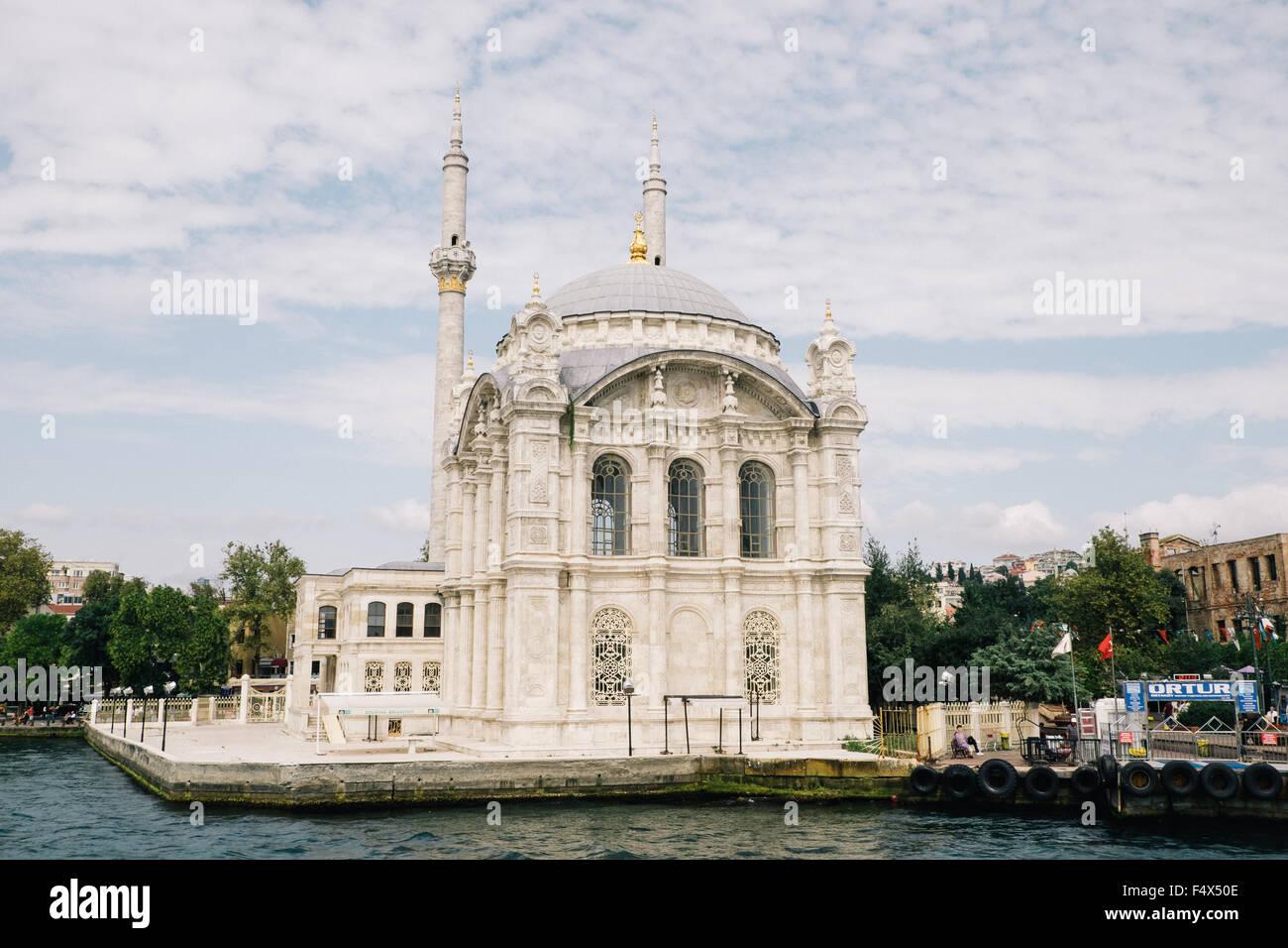 Mosquée sur les rives du Bosphore à Istanbul en Turquie. Banque D'Images