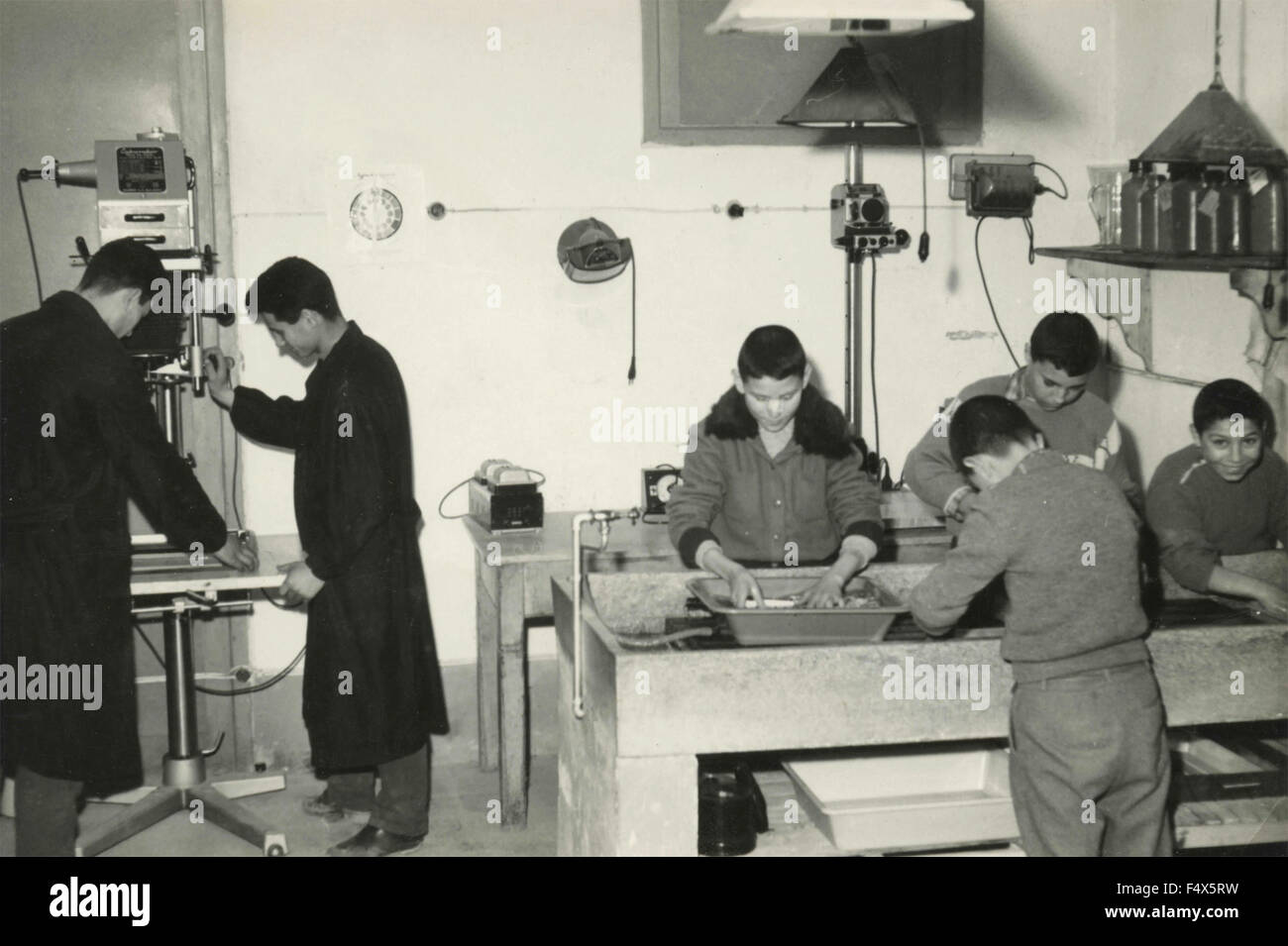 Les enfants travaillant dans le laboratoire de développement photographique et d'impression, de l'Italie Photo Stock