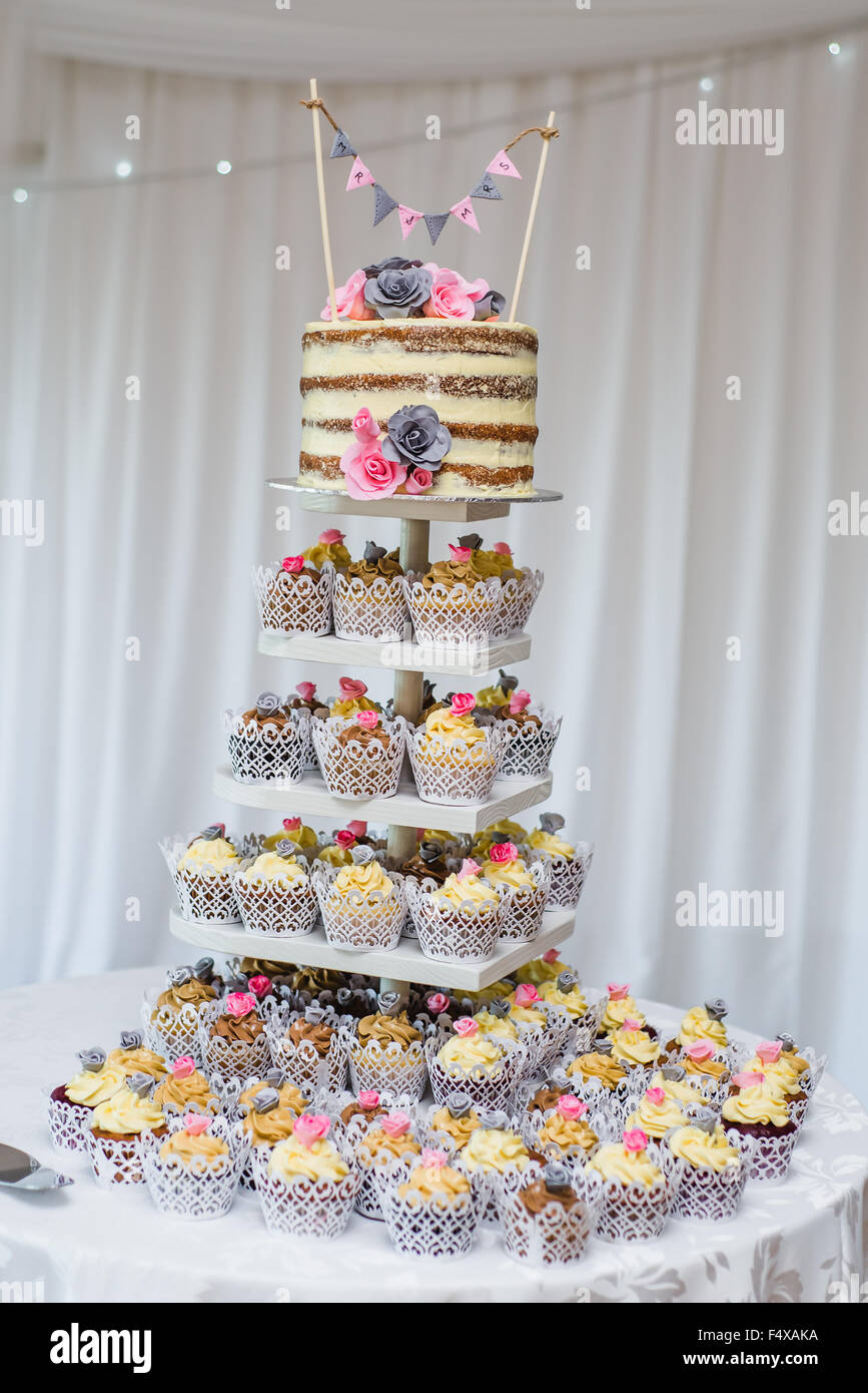 Sponge Cake à la vanille avec bunting Photo Stock
