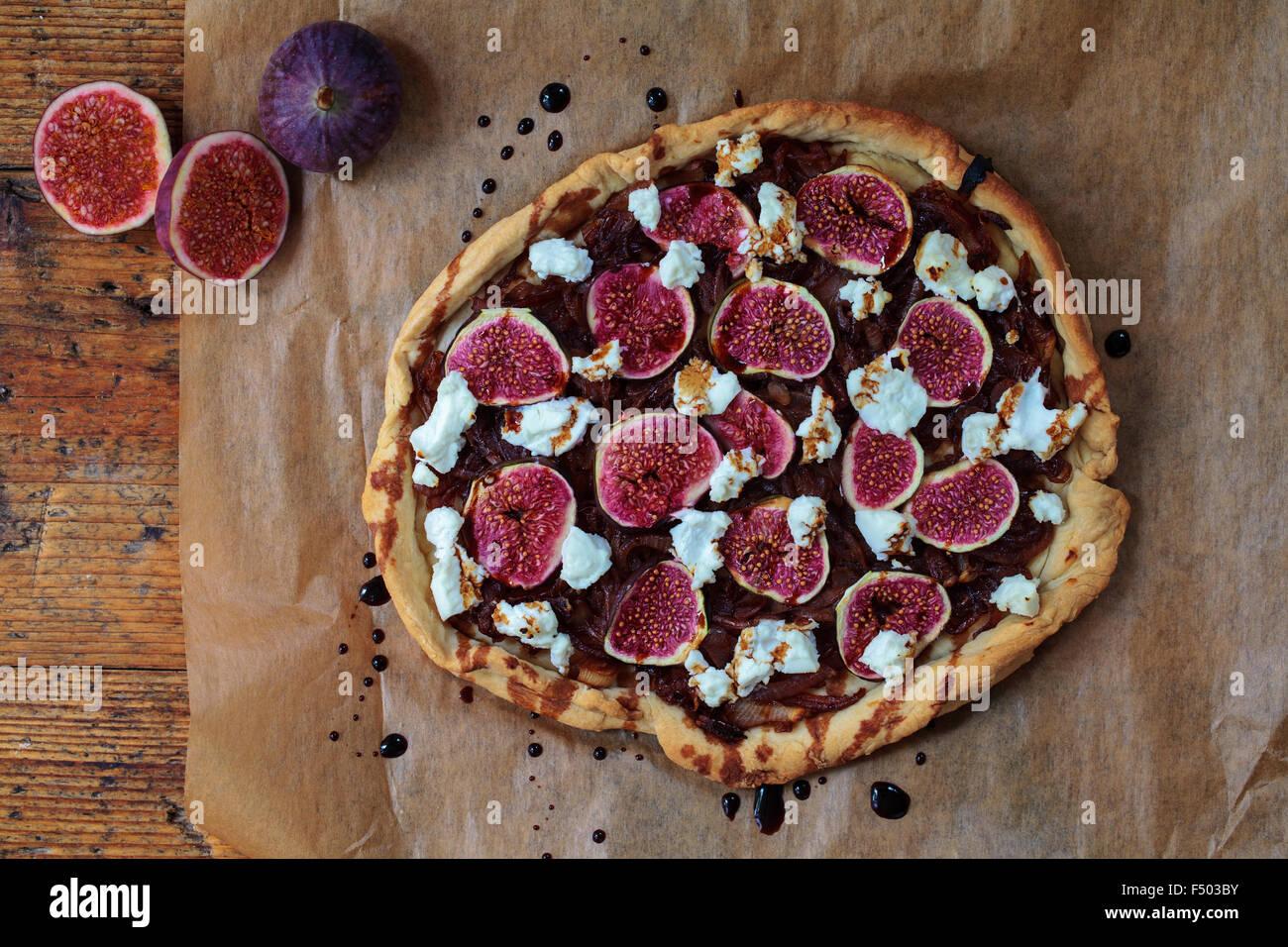 Figues, oignons caramélisés et Tarte au Chèvre Photo Stock