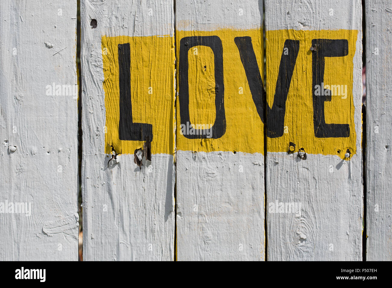Le mot 'Amour' écrit sur un mur blanchi à la chaux Photo Stock