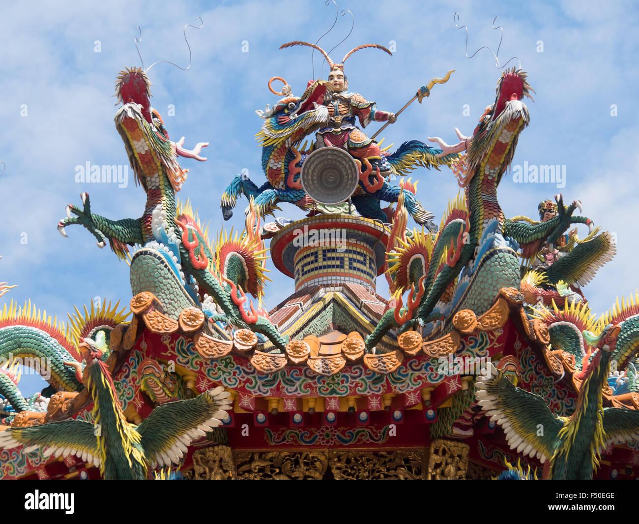 Sculptures mosaïque ornée sur le dessus d'un temple Taoïste à Taiwan Photo Stock