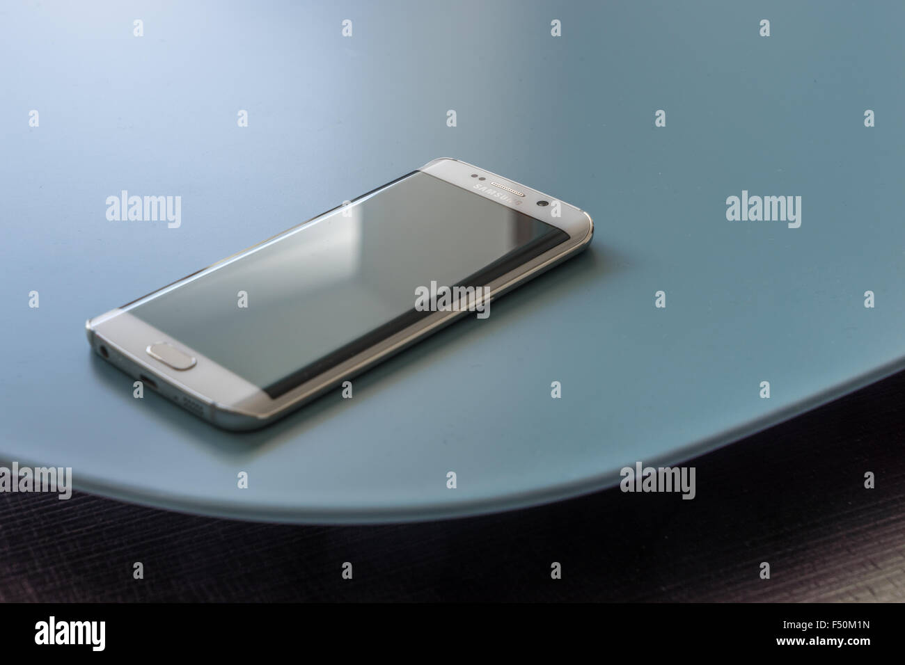 Samsung Galaxy S6 smartphone Edge portant sur une table Photo Stock