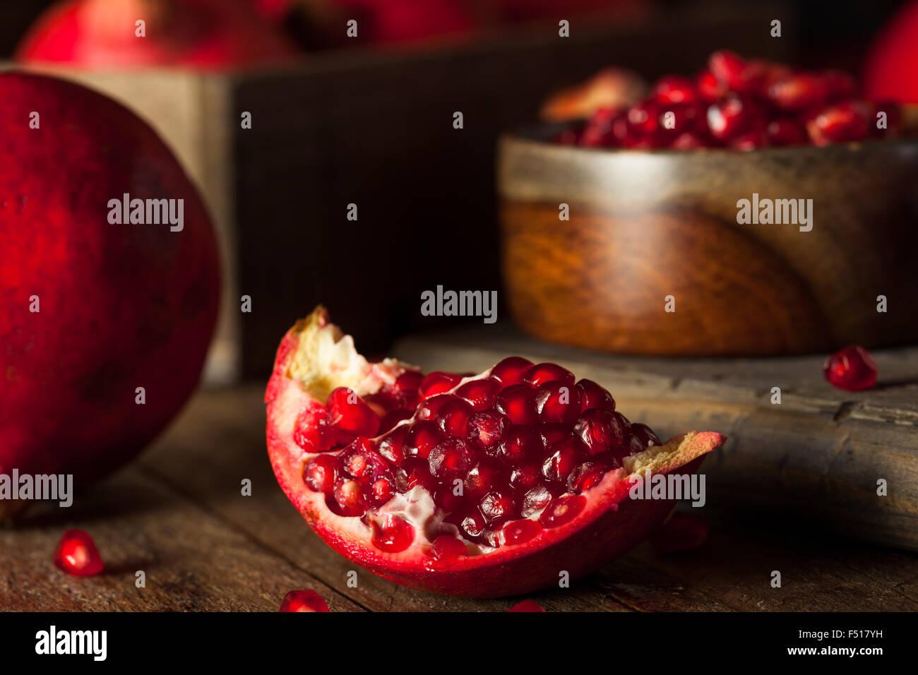 Grenades rouges biologiques crus prêt à manger Photo Stock