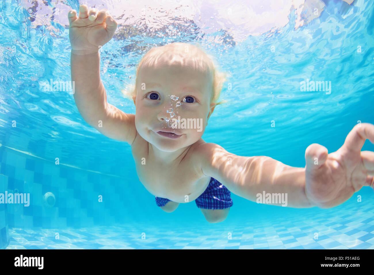 Funny face portrait de petit bébé garçon ayant un les exercices de l'eau - la natation et la Photo Stock