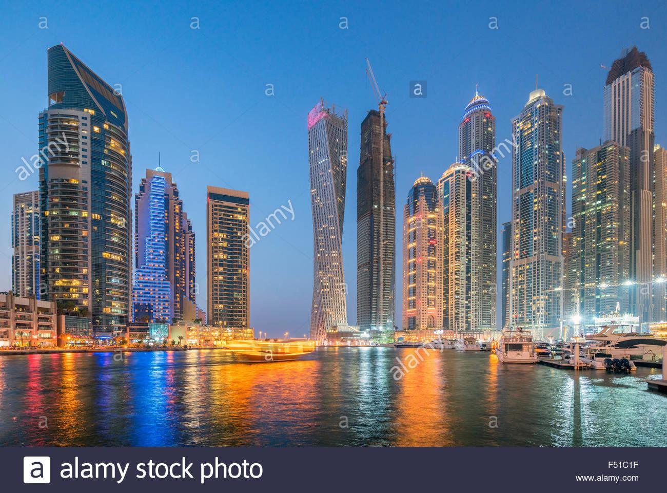 Toits de gratte-ciel dans la nuit à la Marina de Dubaï Émirats Arabes Unis Photo Stock