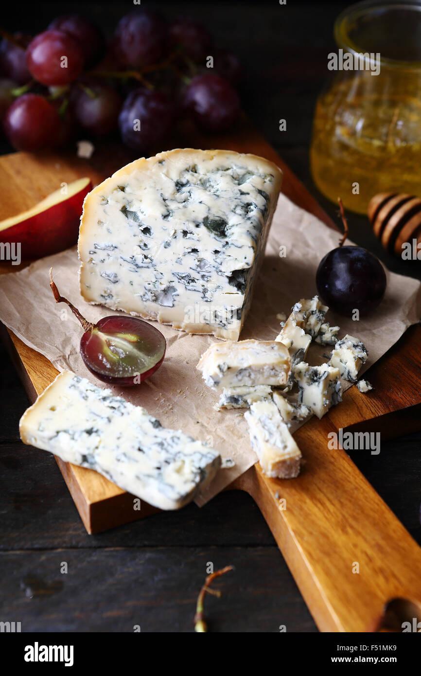 Le fromage avec des raisins et du miel, de l'alimentation libre Photo Stock