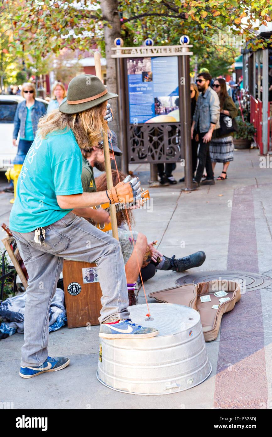 Des musiciens de rue busk en face de Pritchard Park à Asheville, Caroline du Nord. Banque D'Images