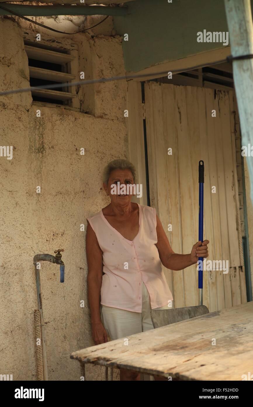Femme de ménage grand-mère cubaine sa maison village cubain Marti de Matanzas simple maison friendly dame Photo Stock