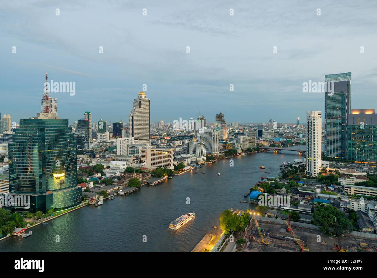 Belle skyline le long de la rivière Chao Phraya à Bangkok au crépuscule , Thaïlande Photo Stock