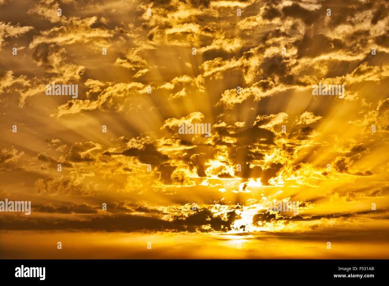 Lever du soleil avec des nuages et du soleil. Banque D'Images