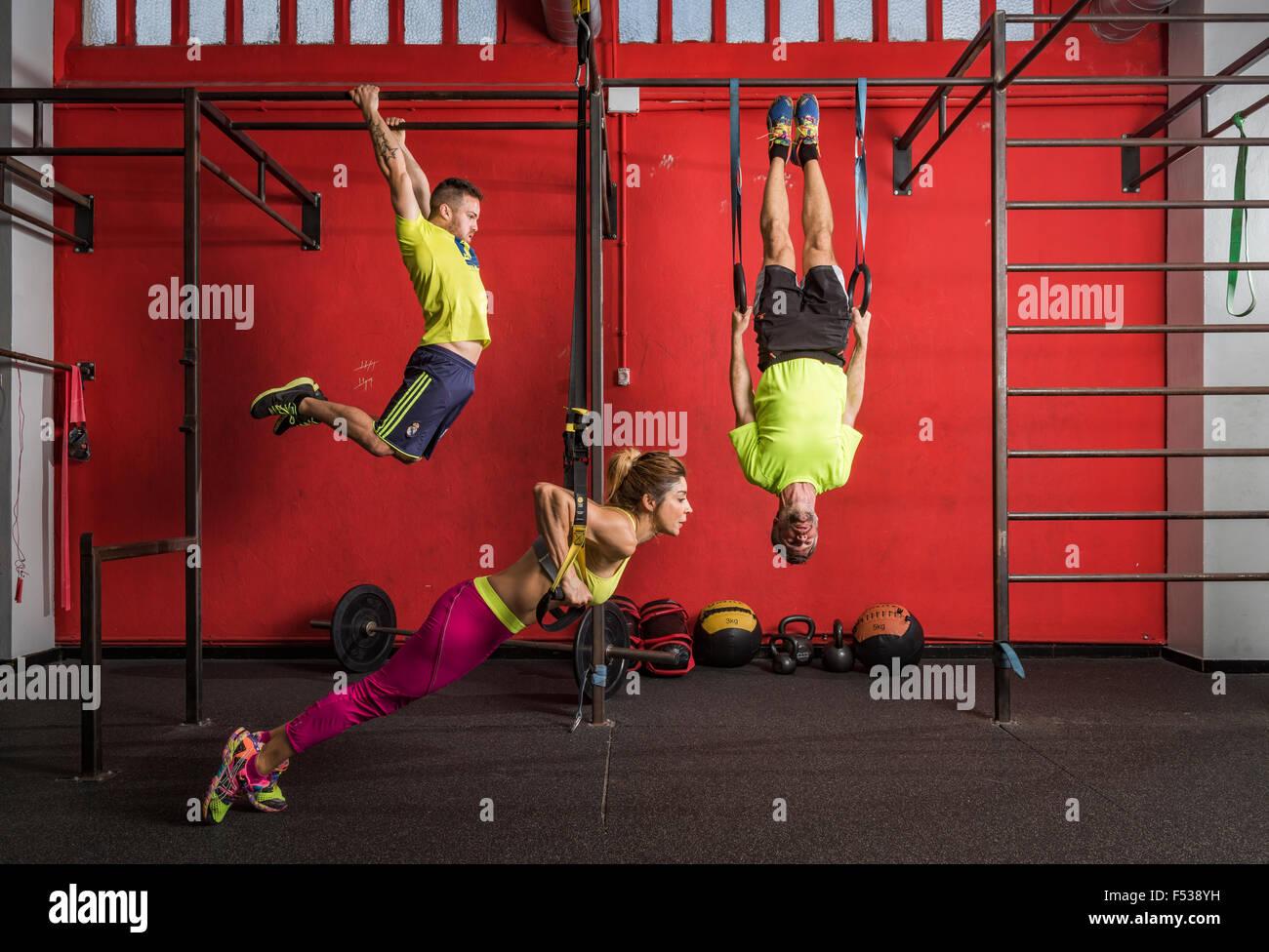 Les gens dans une salle de sport faire des exercices Crossfit. Photo Stock