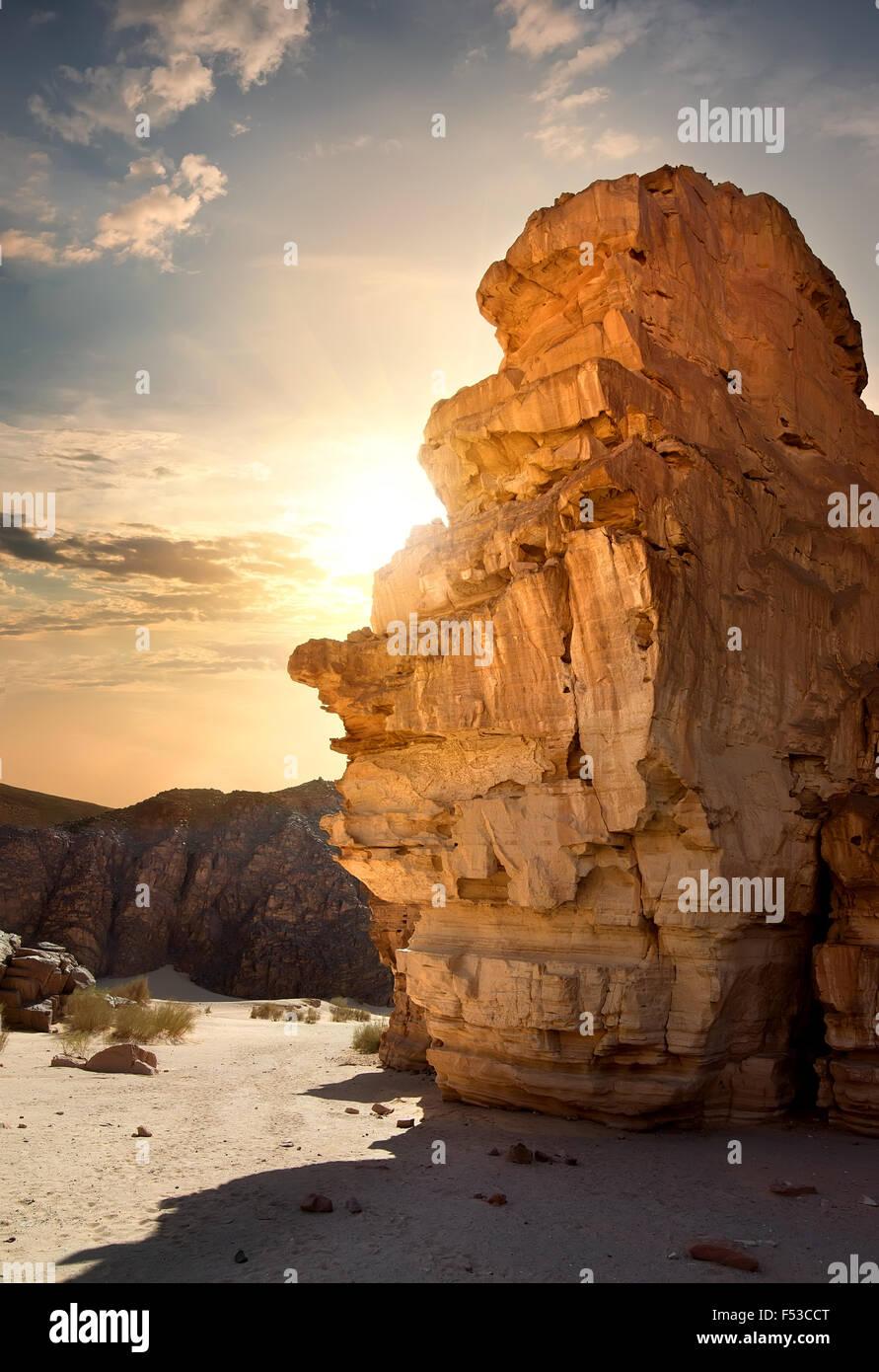 Des roches dans le Sinaï de canyon au coucher du soleil Banque D'Images