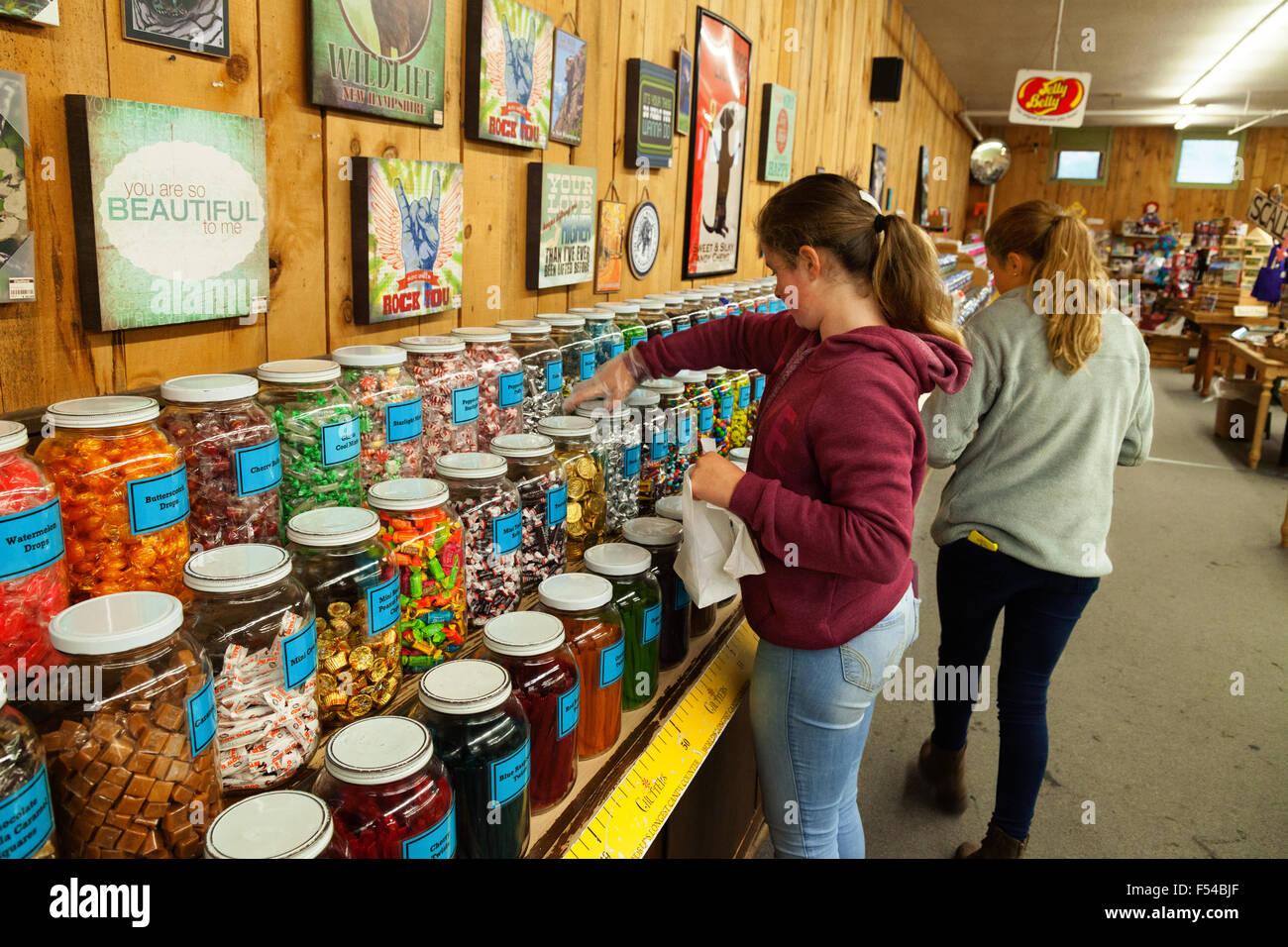 Les adolescents shopping et d'acheter des bonbons, Chutters candy store, Littleton, New Hampshire, USA Banque D'Images