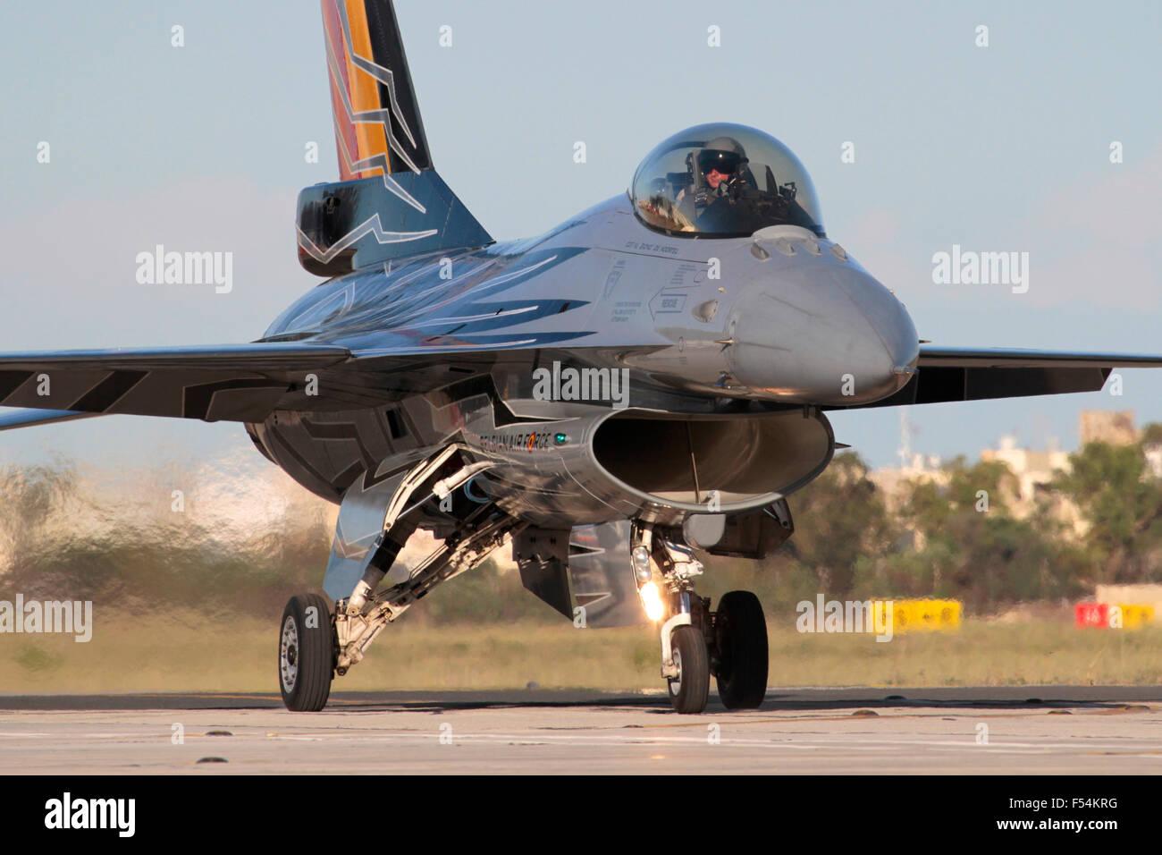 Avion de chasse militaire Flight Falcon F-16 de Belgique dans des couleurs spéciales. Aviation militaire moderne et avions de combat. Banque D'Images