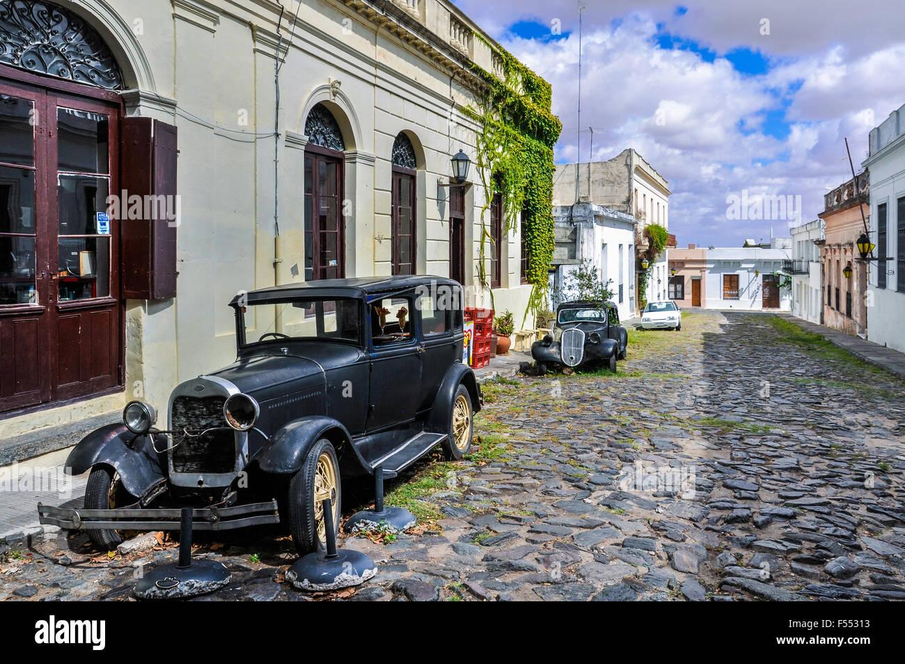 Vieille automobile noir dans la rue de Colonia del Sacramento, une ville coloniale en Uruguay. Photo Stock