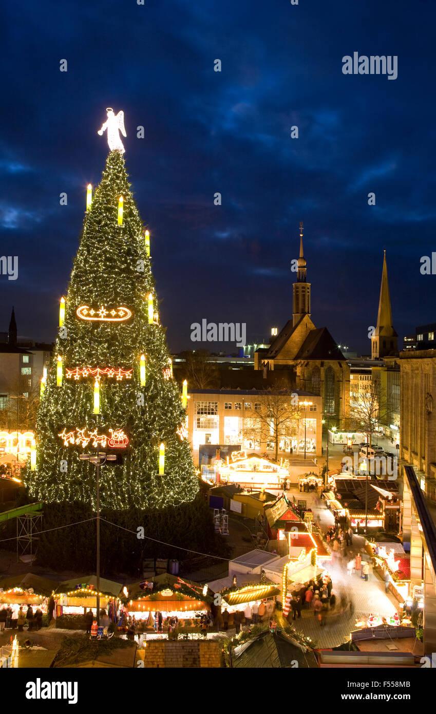 DEU, Deutschland, Nordrhein-Westfalen, Ruhr, Dortmund, hoechster Weihnachtsbaum der Welt auf dem Weihnachtsmarkt Photo Stock